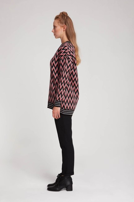Mizalle - Zigzag Patterned V Neck Sweater (Black/Pink) (1)