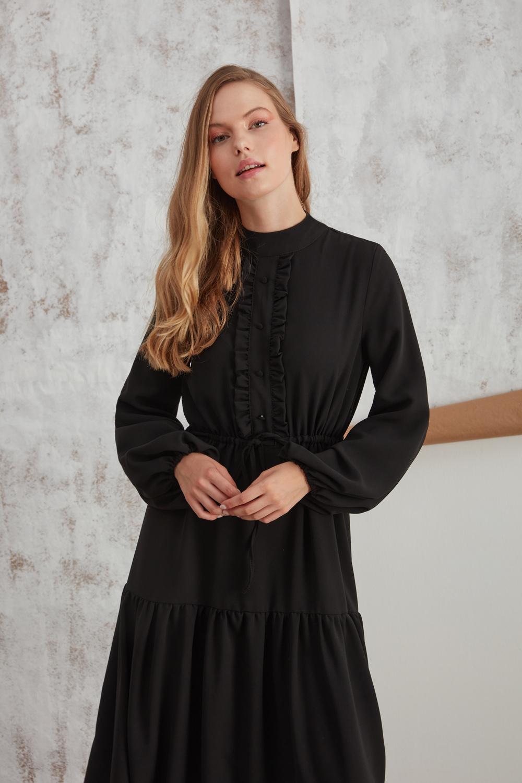 فستان اسود مكشكش
