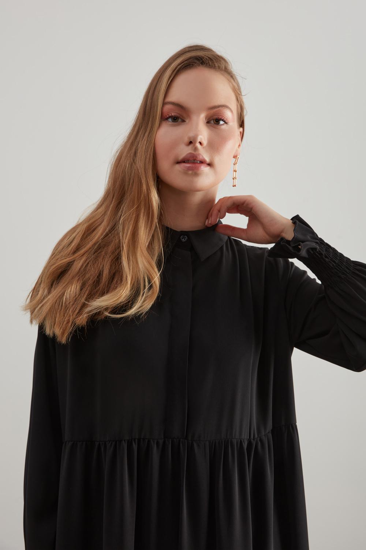 فستان أسود بحزام نصف مطوي