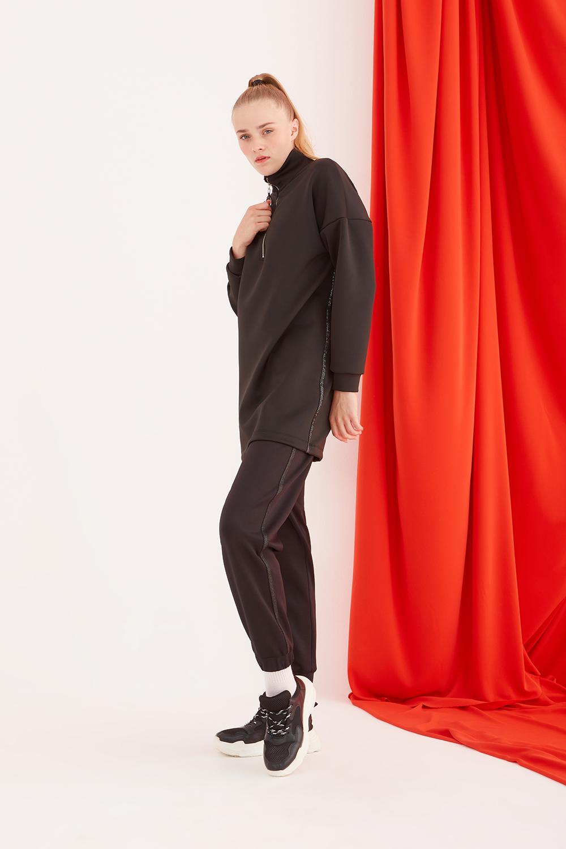 قميص من النوع الثقيل أسود مع خطوط لامعة