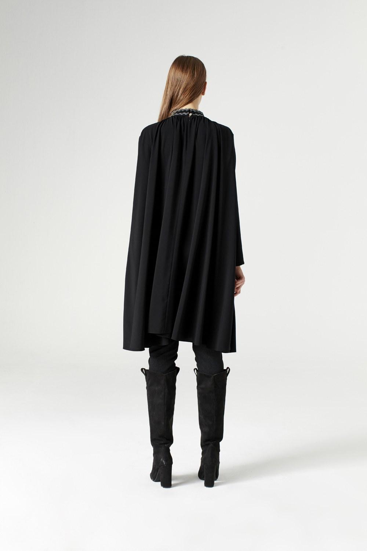 Bol Kesim Yaka Detaylı Siyah Elbise