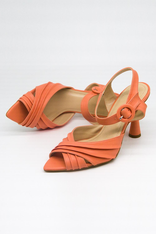 Çapraz Bantlı Yavruağzı Topuklu Ayakkabı