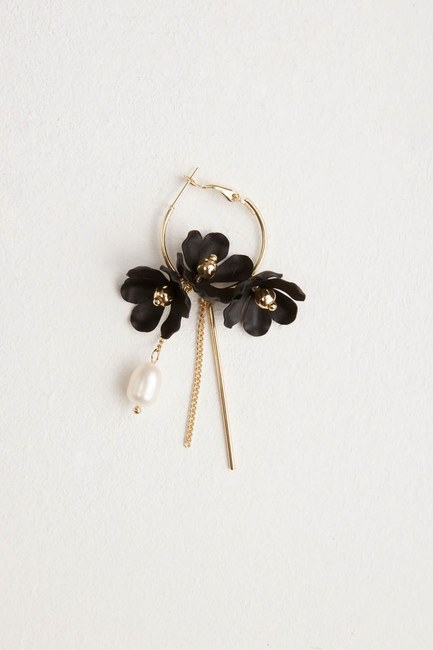 MIZALLE Flower Detailed Hoop Earrings (Black)