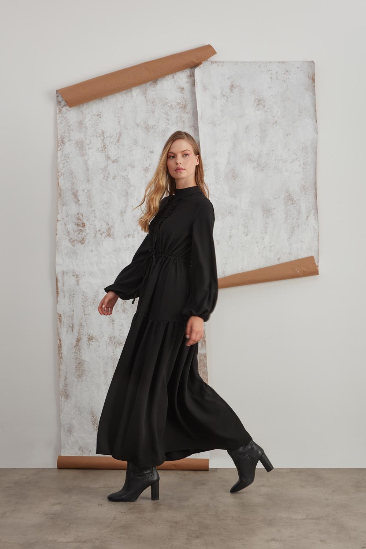 Dik Yaka Fırfır Detaylı Siyah Uzun Elbise