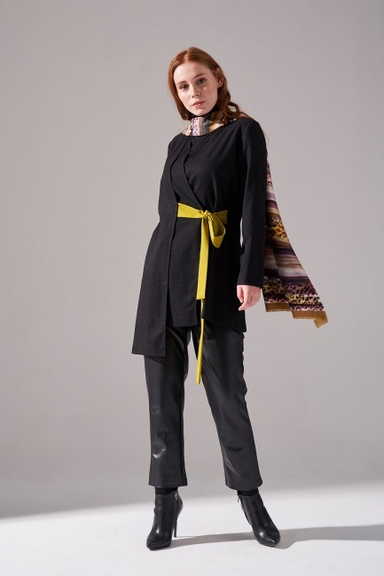 Mizalle - Contrast Bound Kimono (Black)