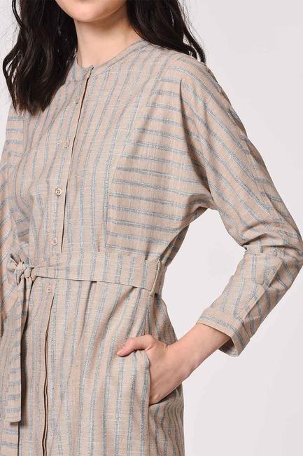 MIZALLE - فستان من الكتان مع طوق بنمط القاضي (بيج) (1)