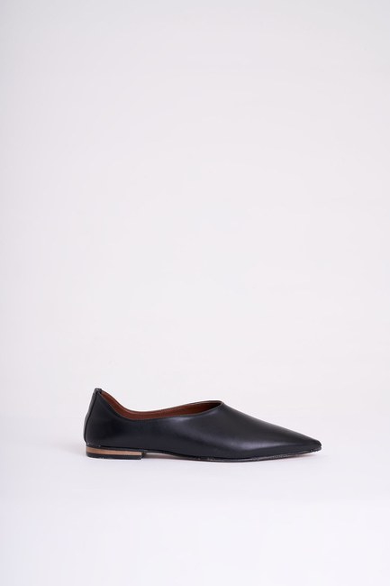 Mizalle - Heelless Pointed Toe Shoes (Black) (1)