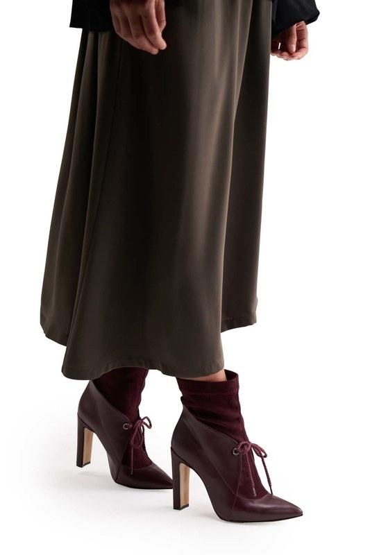 أحذية من جلد الغزال مفصلة (كلاريت الأحمر)
