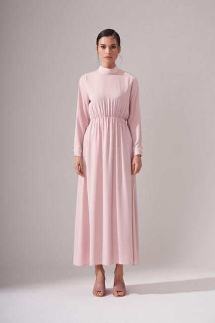 Mizalle - İnci Şeritli Uzun Pudra Elbise