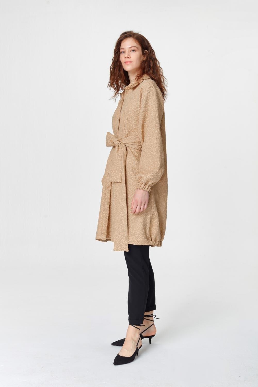 MIZALLE فستان تونك مع أنماط جاكار وحزام (البيج) (1)