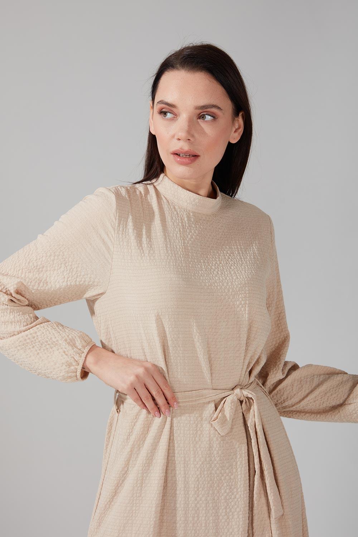 Jakarlı Kuşaklı Bej Elbise