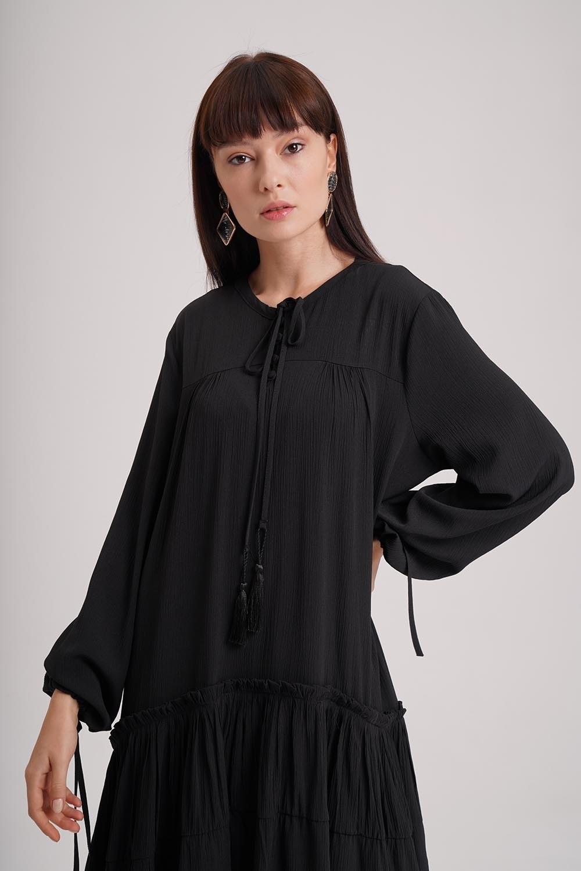 Kat Detaylı Siyah Uzun Elbise