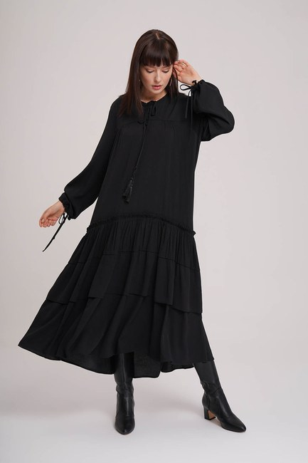 Mizalle - Kat Detaylı Siyah Uzun Elbise