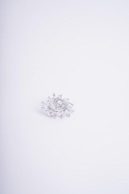 Kıvrımlı Taş Detaylı Broş (Gri) - Thumbnail
