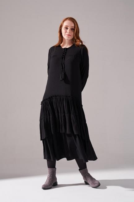 Mizalle - Kolları Büzgülü Kat Detaylı Siyah Elbise