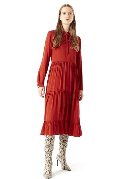 MIZALLE فستان بحلقات دائرية تحت الرقبة (قرميدي)
