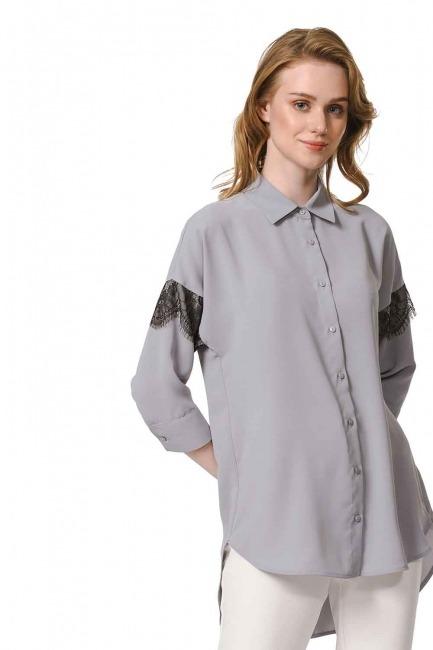 MIZALLE قميص بلوزة مفصلة بالدانتيل (الرمادي)