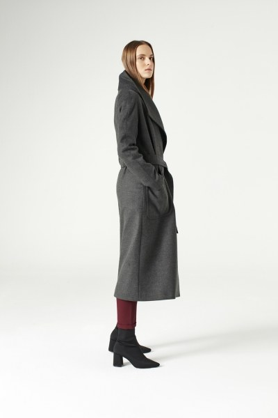 MIZALLE - معطف بياقة واسعة (لون أسود فحمي) (1)