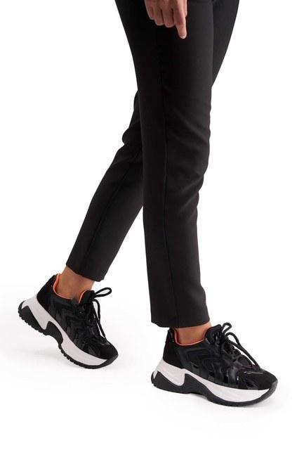 MIZALLE حذاء رياضي بشريط نيون (أسود)