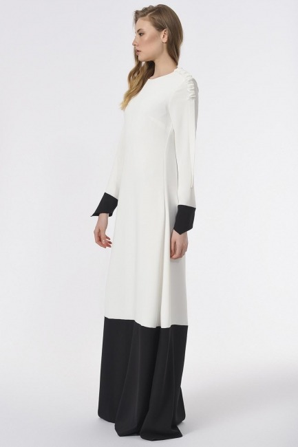 Mizalle - Omuzu Büzgülü Tasarım Siyah-Beyaz Uzun Elbise