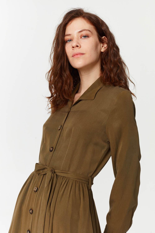 MIZALLE فستان بنسيج أمامي إضافي (أخضر داكن) (1)