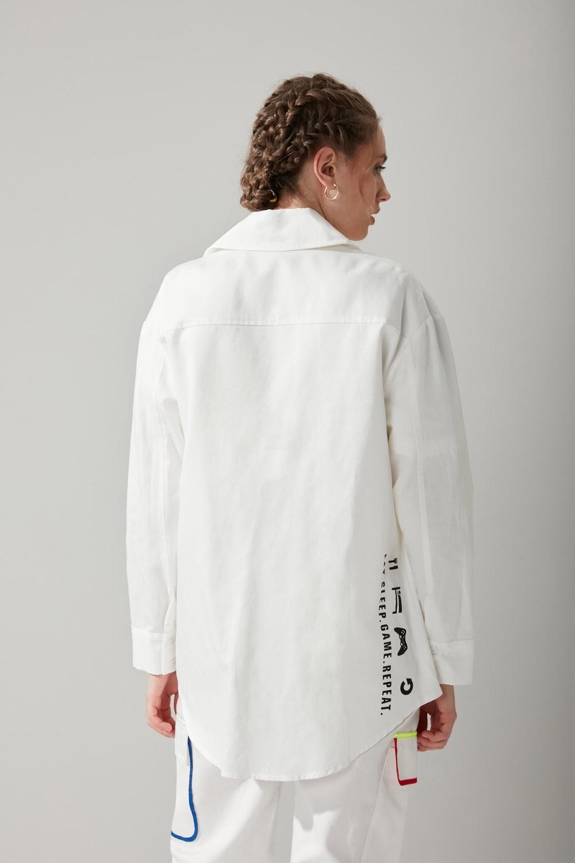 Renkli Biyeli Beyaz Gömlek