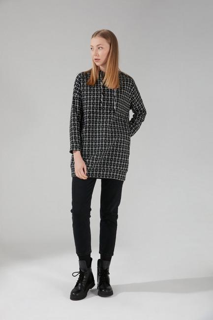 Mizalle - Sim Desenli Sweatshirt (Siyah)