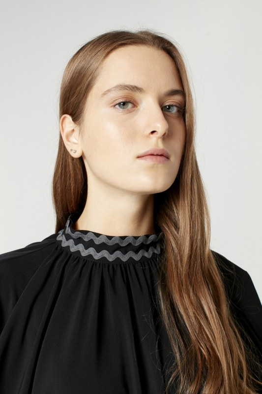 فستان واسع بتفاصيل على الياقة ( أسود )